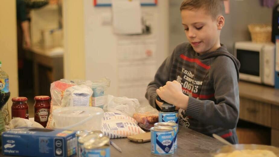 Святослав Долотовский помогал готовить обед и раздавал еду вместе с мамой | Фото: Дарья Шило