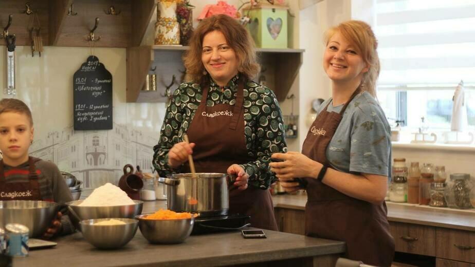 Екатерина Сильянова и Ирина Брава за приготовлением обеда для бездомных | Фото: Дарья Шило
