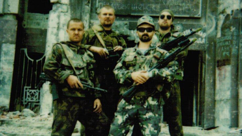 Май 1995 год. Калининградский СОБР в Грозном. Николай Егоров - нижний ряд, первый слева | Фото: личный архив Николая Егорова