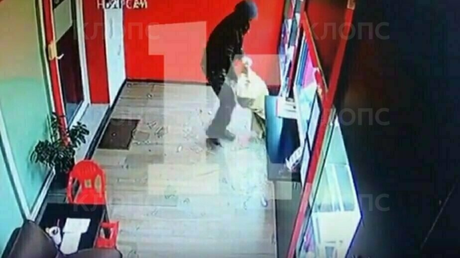 Источник: в Калининграде пенсионер помог задержать грабителя, который напал на ломбард (видео, обновлено) - Новости Калининграда | Фото: кадр из видео