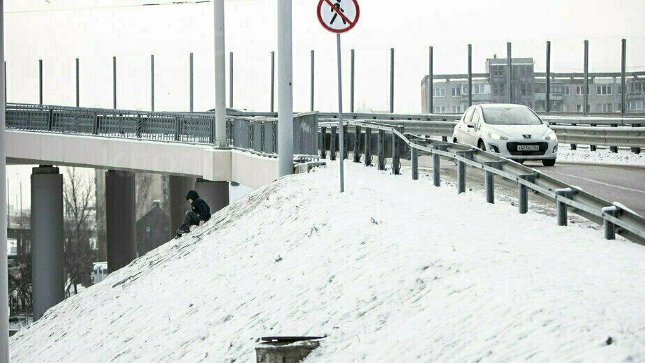 В Калининграде дети катаются со склона Второго эстакадного моста (фото) - Новости Калининграда | Фото: Александр Подгорчук