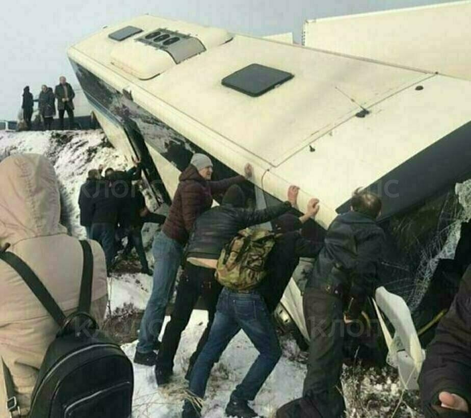Под Черняховском пассажирский автобус столкнулся с фурой и опрокинулся в кювет (видео, фото) - Новости Калининграда | Фото: очевидец