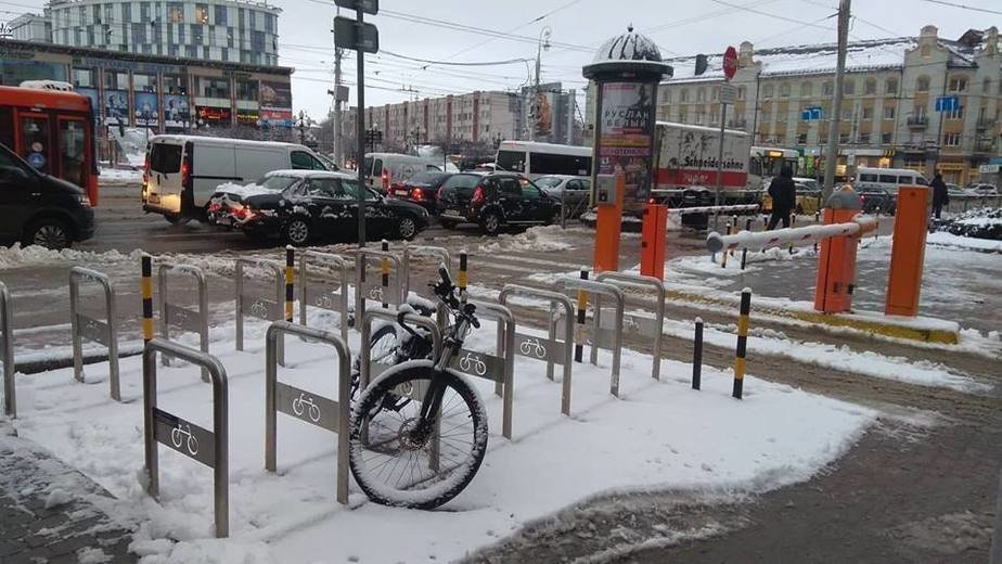 Власти Калининграда нашли хозяйку велосипеда, оставленного у здания мэрии с ноября 2018 года - Новости Калининграда | Фото: пресс-служба городской администрации / Facebook