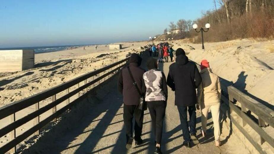 Променад в Янтарном очистили от метрового слоя песка (видео) - Новости Калининграда | Фото: Алексей Заливатский / Facebook