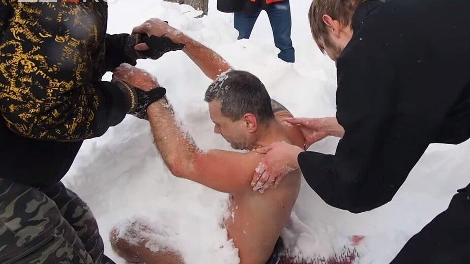 Не смог дождаться, пока разведут костёр: калининградский морж Олег Резанов — о том, почему замёрз на Урале - Новости Калининграда   Фото: кадр из ролика на Youtube