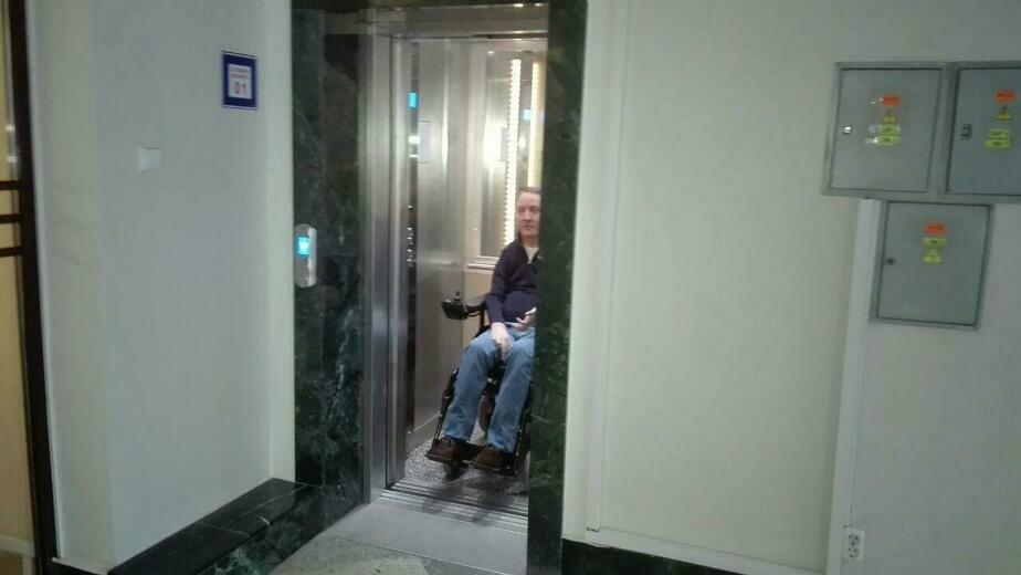В Калининграде инвалиды не смогли воспользоваться в мэрии лифтом, который переделали по их просьбе - Новости Калининграда | Фото: Константин Сериков