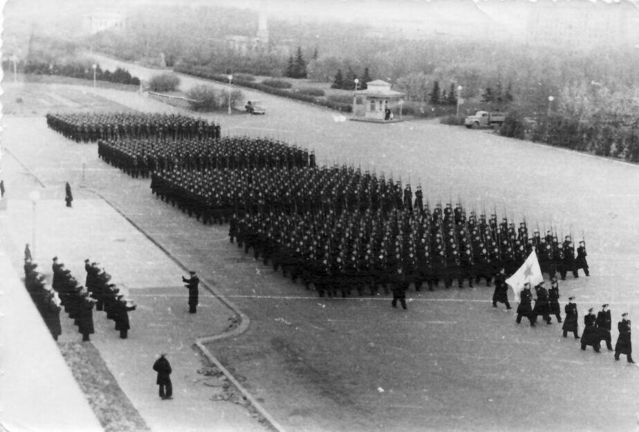 1950 год. Курсанты готовятся в подмосковных Химках к параду на Красной площади в Москве | Фото: Альберт Тереховкин