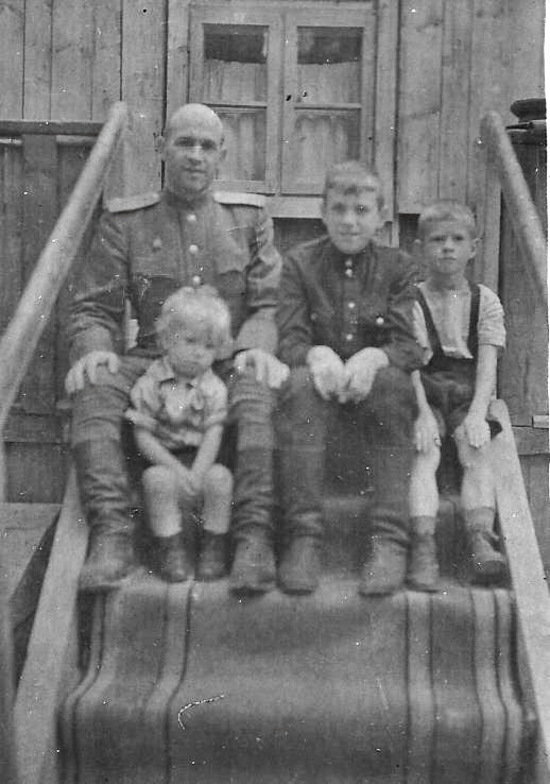 Отец Альберта Тереховкина с детьми. Альберт Владимирович — второй справа | Фото: Альберт Тереховкин