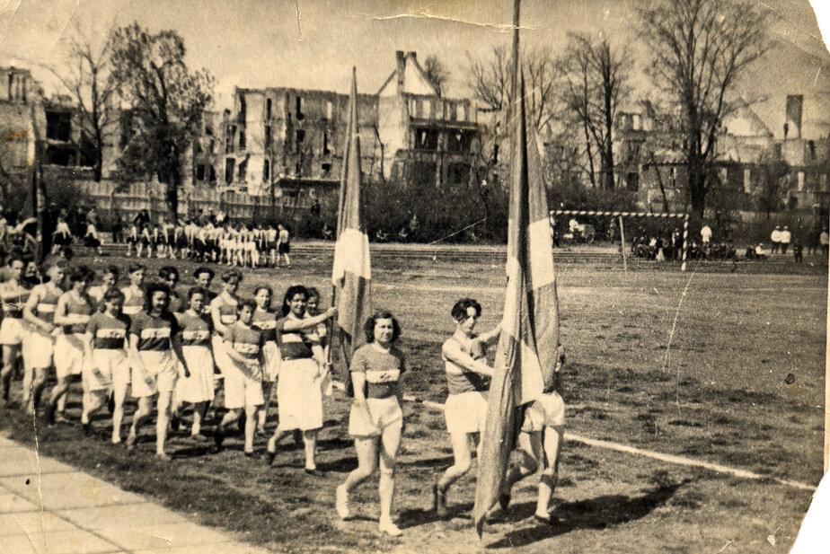 Начало пятидесятых годов прошлого века. Спортивные соревнования на стадионе  | Фото: Альберт Тереховкин