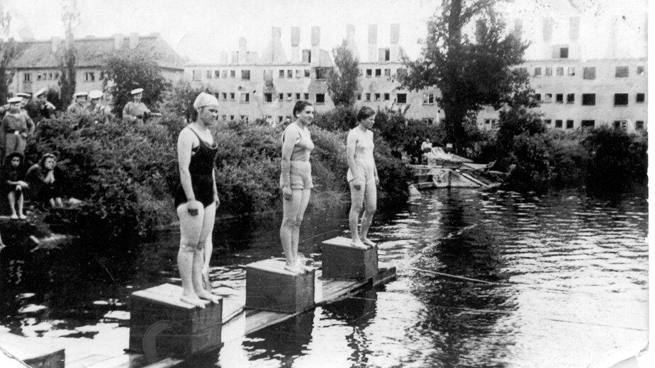 Соревнования по плаванию в Калининграде. Водоём был в районе нынешней ул. Борзова. Третья справа — Надежда Алифанова | Фото: Альберт Тереховкин