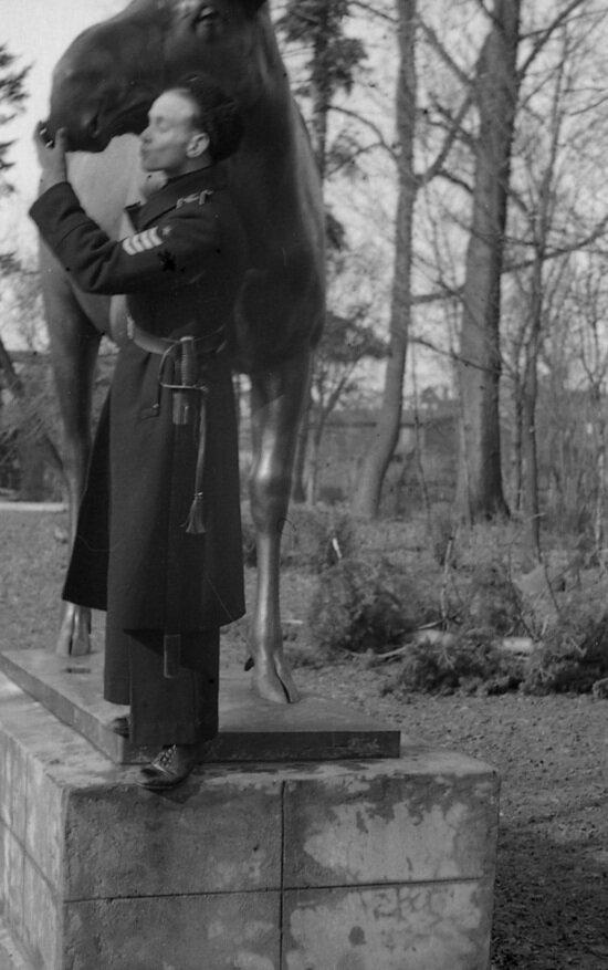 Курсант в увольнительной в Калининградском зоопарке. Хорошо виден палаш на поясе  | Фото: Альберт Тереховкин