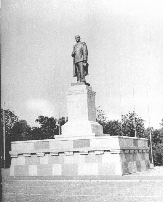 В конце апреля 1953 года на нынешней площади Победы поставили памятник вождю. Это была точная копия памятника, установленного на Волго-Донском канале | Фото: Альберт Тереховкин