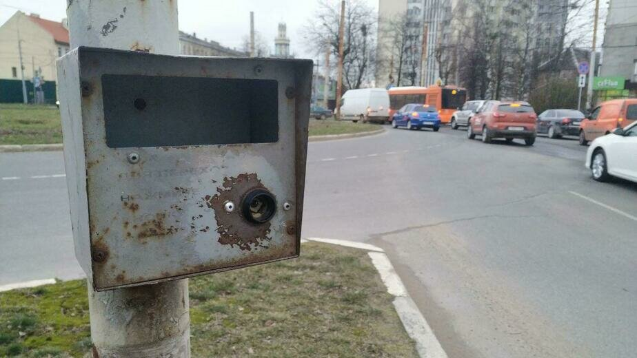 На светофоре на ул. Борзова в течение недели не работает кнопка для пешеходов - Новости Калининграда | Фото: Константин Сериков