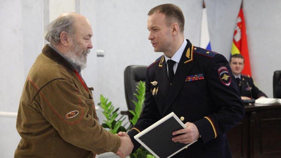 В Калининграде полиция наградила пенсионера, который помог задержать грабителя ломбарда  - Новости Калининграда | Фото предоставлено пресс-службой регионального УМВД