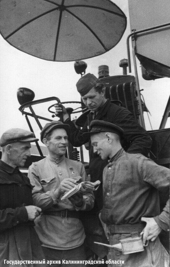 Постановочная фотография. Начисление трудодней в переселенческом колхозе   Фото: Государственный архив Калининградской области