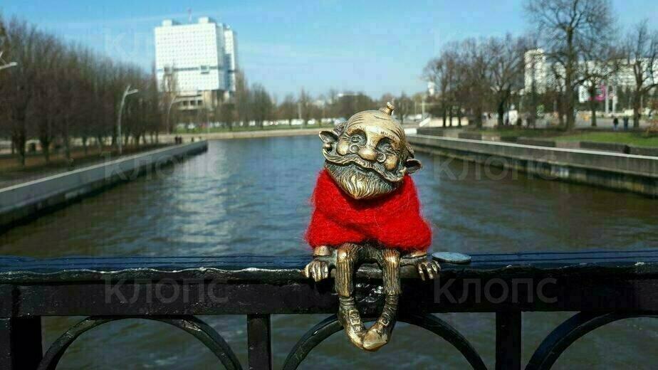 В Калининграде у хомлина на Медовом мосту украли янтарный крест (фото) - Новости Калининграда | Фото очевидца