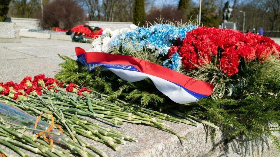 Неманские ветераны возложили венки к памятнику 1200 гвардейцам в Калининграде - Новости Калининграда