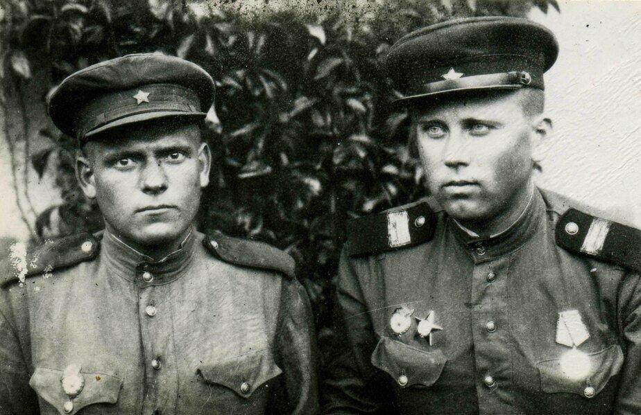 Анатолий Лоскутов (справа) вместе с сослуживцем | Фото: Владимир Воронов