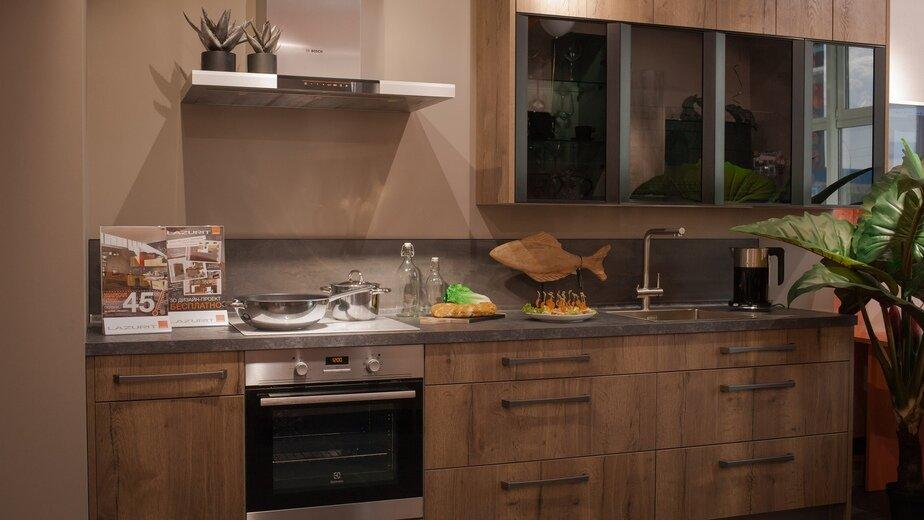 Современные тенденции в интерьере кухни — простота форм, акцент на материалы и детали.