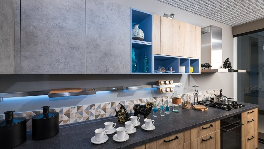 Возможности современных материалов практически безграничны. Стильное сочетание текстуры грубого бетона и тёплого дерева позволяет создать уникальный интерьер направления лофт. А благодаря особым свойствам пластикового покрытия фасадов кухня будет лишена таких недостатков, как деформация и разбухание фасадов от влаги