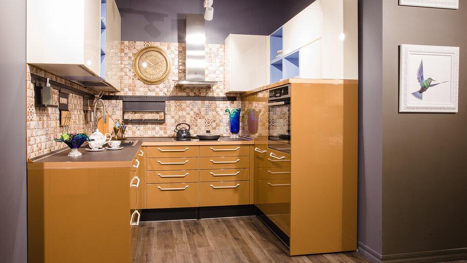 Традиционный цвет мокко приобретает новое звучание в глянцевом исполнении современных интерьеров.