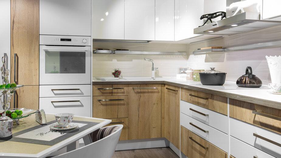 Сочетание идеального белоснежного глянца и объёмных деревянных фасадов создаст на кухне неповторимое ощущение лёгкости и лоска.