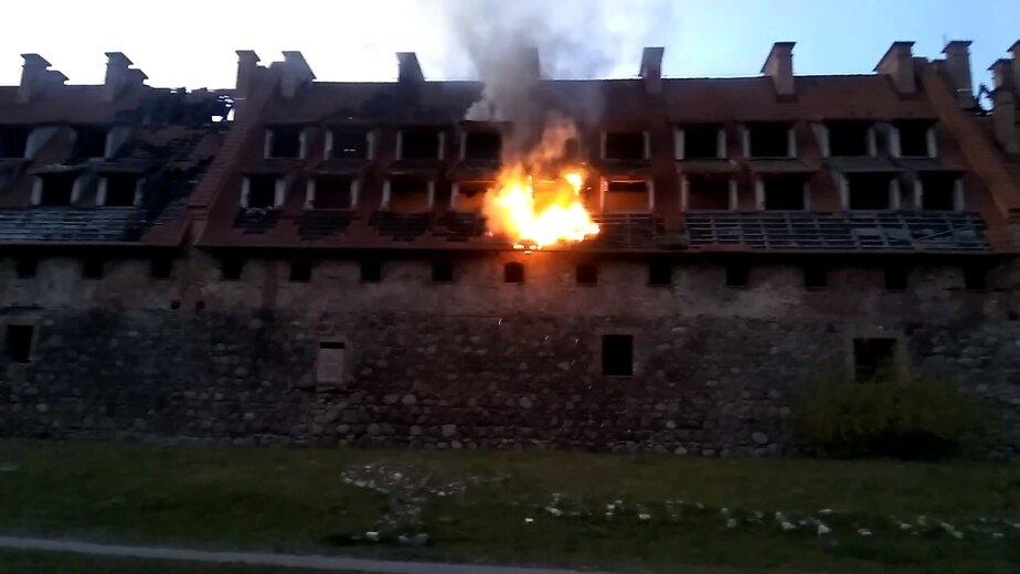 В Багратионовске пламя охватило замок Прейсиш-Эйлау (фото, видео) - Новости Калининграда | Изображение: кадр из видео
