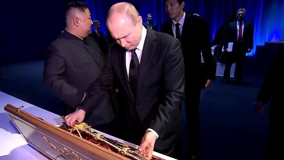 "Лидер КНДР Ким Чен Ын подарил Путину ""олицетворяющий силу"" меч - Новости Калининграда | Кадр из телесюжета на RT"