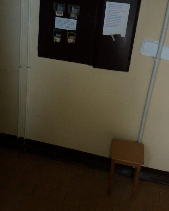 В подъезде с неработающим лифтом на Горького пенсионеры поставили пуфы для отдыха при подъёме на верхние этажи - Новости Калининграда | Фото: жительница дома Юлия