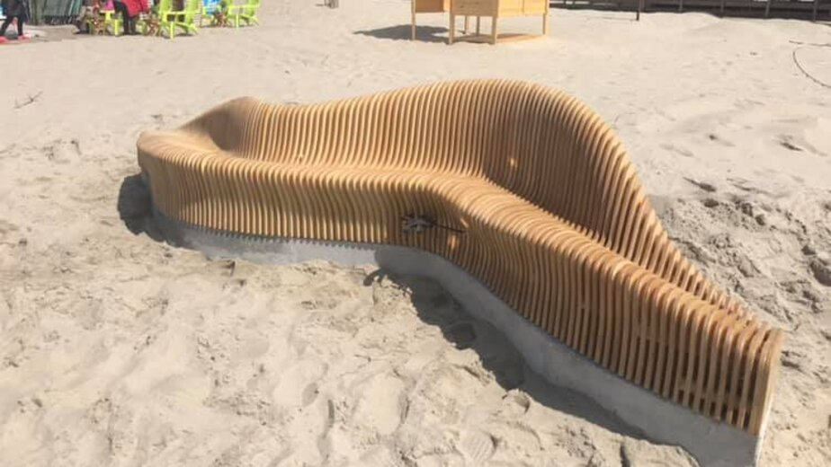 На пляже Янтарного появилась скамейка в виде волны (фото) - Новости Калининграда | Фото: Алексей Заливатский / Facebook