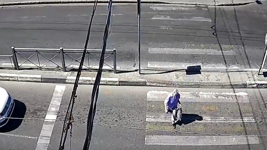 ДТП на ул. Горького в Калининграде, где Honda сбила 70-летнюю пенсионерку, попало на видео - Новости Калининграда | Фото: кадр видеозаписи