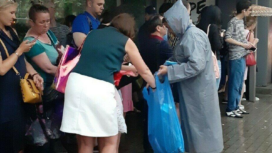 В ливень калининградка организовала продажу дождевиков пассажирам автобусов (фото, видео) - Новости Калининграда | Фото: очевидец
