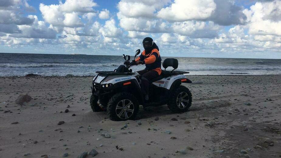 Спасатели на квадроциклах в поисках пропавшей обследуют побережье | Фото: очевидец