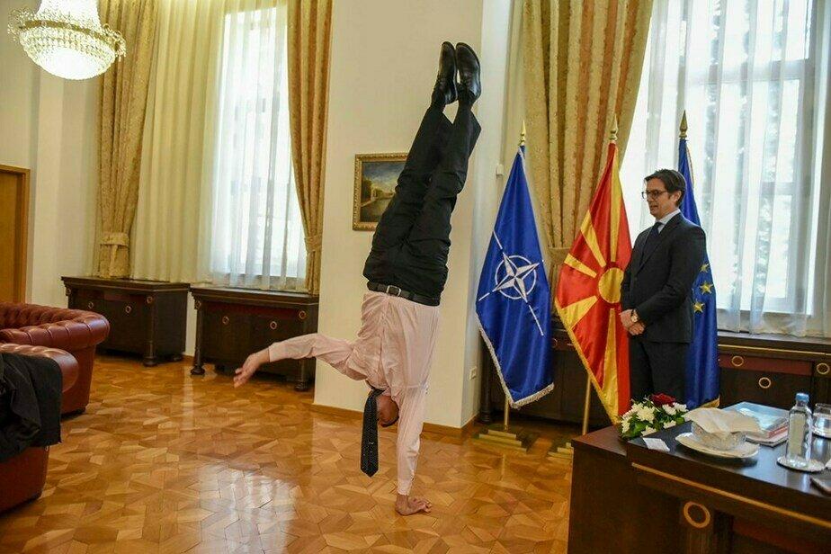 Посол Израиля продемонстрировал стойку на одной руке на встрече с президентом Македонии (фото) - Новости Калининграда   Фото: Stevo Pendarovski  / facebook.com