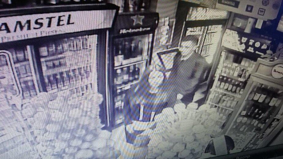 В Калининграде разыскивают пару, подозреваемую в краже денег из автомобиля   - Новости Калининграда | Кадр записи камеры видеонаблюдения