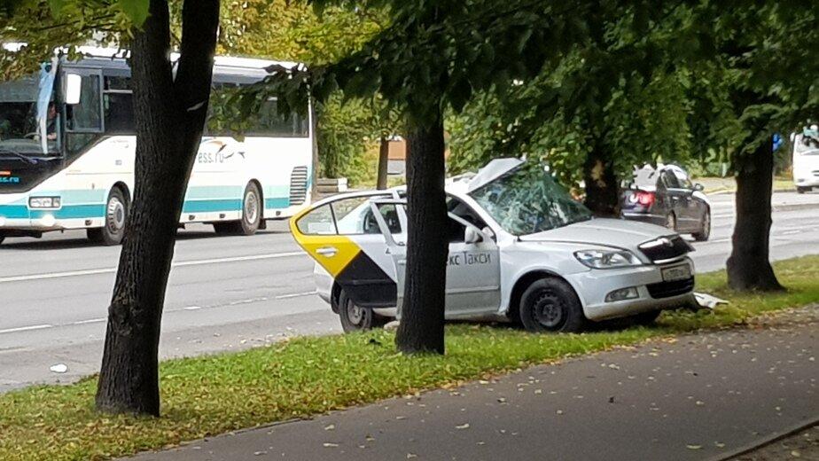 В больнице умер 28-летний водитель такси, врезавшегося в дерево на ул. Невского - Новости Калининграда | Фото: очевидец