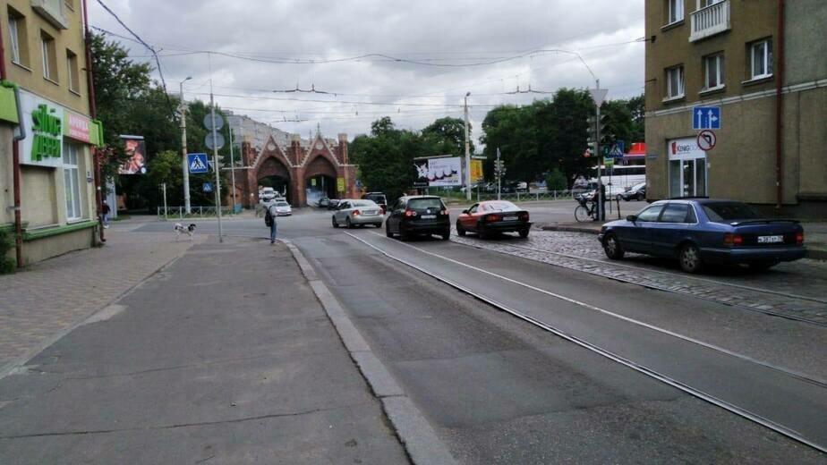 Водители поворачивают налево на перекрёстке Суворова и Железнодорожной, несмотря на запрет - Новости Калининграда | Фото: Елена Дятлова / Facebook