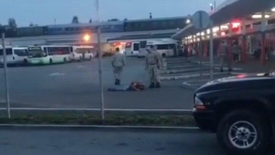 Жителя Гурьевского района, избитого охранниками автовокзала, перевели в реанимацию - Новости Калининграда   Кадр видеозаписи очевидца