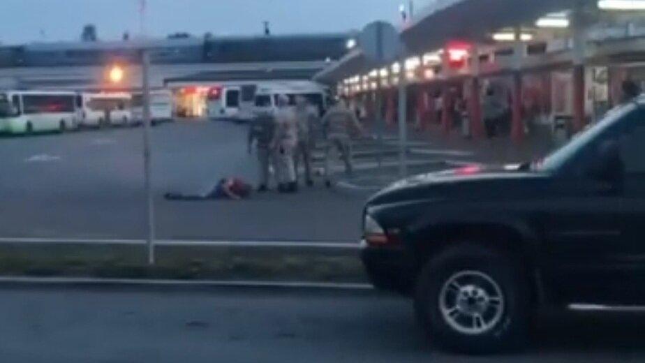 Руководитель охранников, избивших пассажира на автовокзале, прокомментировал ЧП  - Новости Калининграда | Скриншот видеозаписи происшествия
