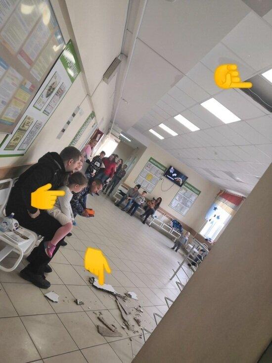 В детской поликлинике Гусева из-за протечки трубы отопления рухнула часть подвесного потолка - Новости Калининграда | Фото: очевидец