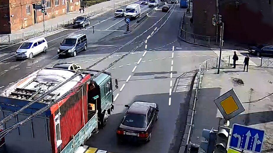 Сам себе гаишник: калининградцы нашли способы избавить город от пробок - Новости Калининграда | Скриншот видеозаписи ДТП