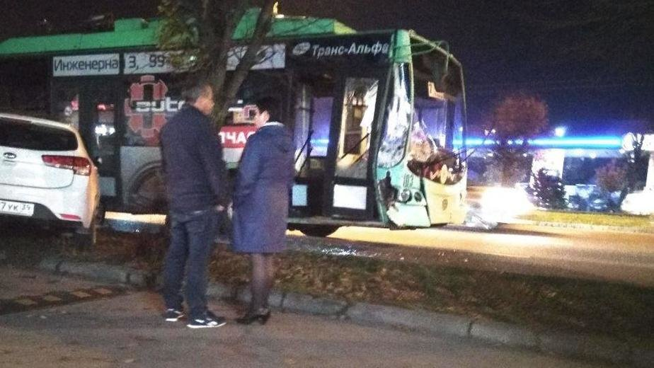 На Московском проспекте столкнулись троллейбус и кроссовер (фото)   - Новости Калининграда | Фото: очевидец