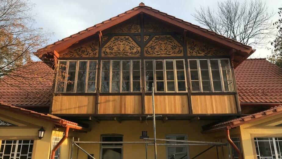 В Зеленоградске отреставрировали историческое панно, найденное на здании под слоем краски - Новости Калининграда | Фото: Зеленоградский городской округ