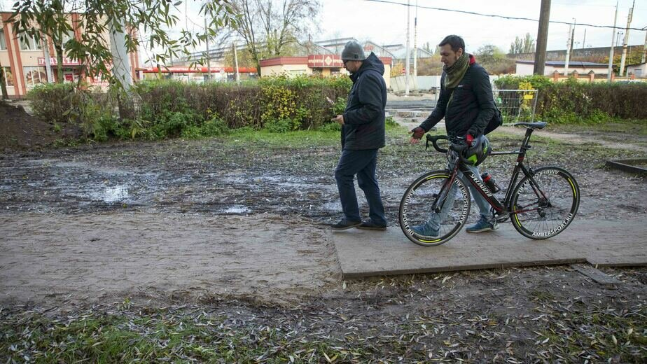 Бетонируют пути, пешеходы в грязи: что происходит на ул. Киевской за три недели до открытия дороги - Новости Калининграда
