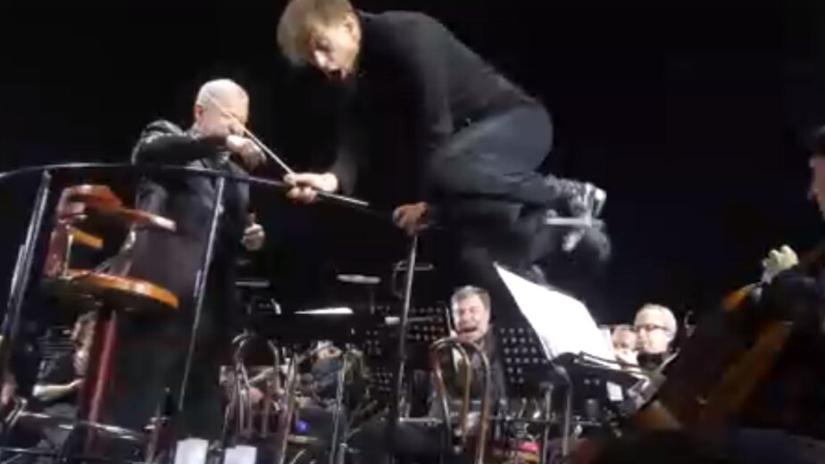 Как звёзды готовятся к концертам в Калининграде - Новости Калининграда | Кадр видеозаписи концерта Би-2 с Симфоническим оркестром