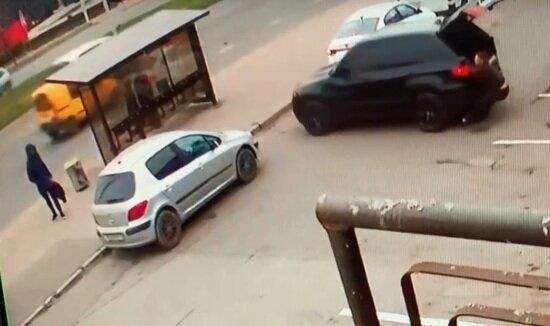 В Калининграде внедорожник BMW без водителя протаранил остановку (видео)   - Новости Калининграда | Кадр видеозаписи