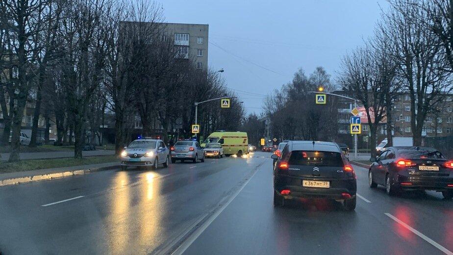 Сбитая на перекрёстке Пролетарской и Сергеева женщина получила тяжёлые травмы - Новости Калининграда | Фото: очевидец