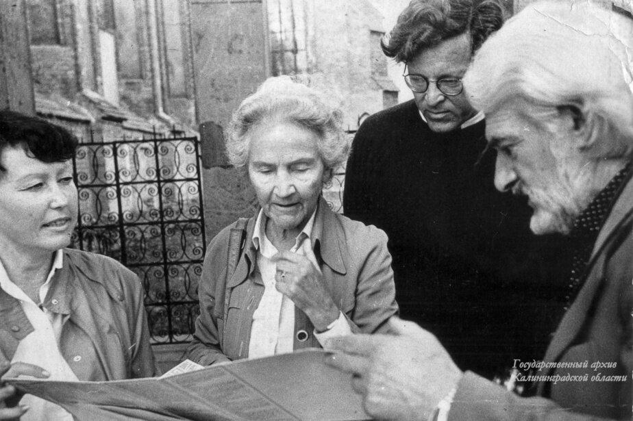 Марион Дёнхофф у могилы Канта | Фото: Государственный архив Калининградской области. 1989г.