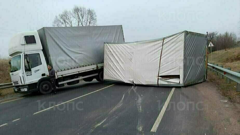 Трасса под Гусевом оказалась перекрыта из-за опрокинувшегося прицепа грузовика (фото, видео) - Новости Калининграда   Фото очевидца