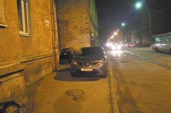 "Nissan на тротурае по ул. Павлика Морозова | Фото: читатель ""Клопс"""